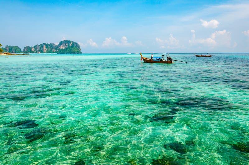 透明的绿松石海在发埃发埃海岛K的安达曼海 免版税库存照片