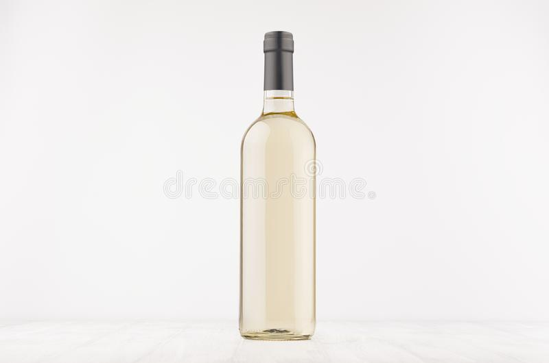 透明酒瓶用在白色木板的白葡萄酒,嘲笑  免版税图库摄影