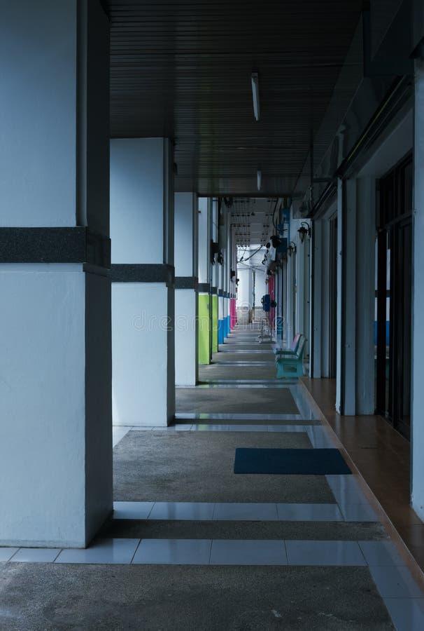 透视公共建筑走廊外部在Trang泰国 库存图片