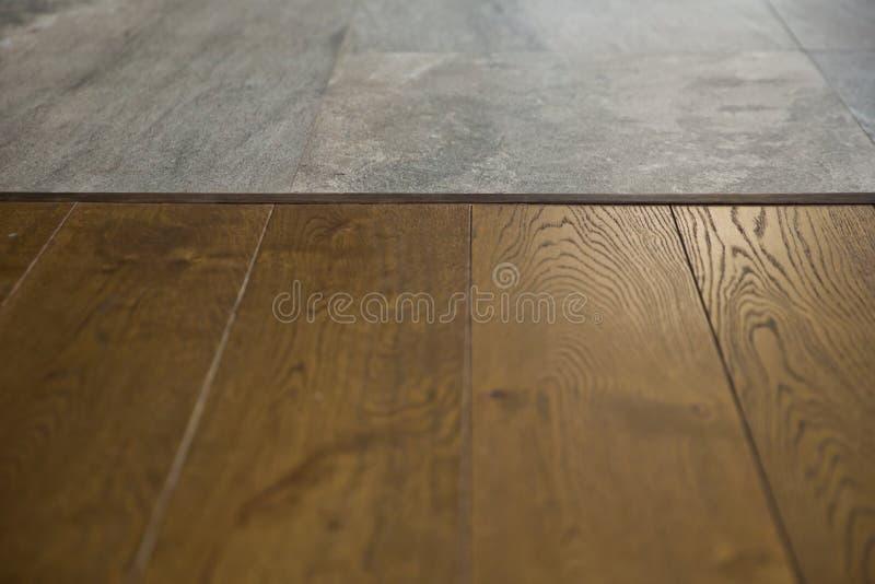 透视在迷离的褐色木头在咖啡馆-能为显示或蒙太奇使用您的产品 为产品显示嘲笑  免版税库存照片