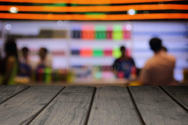 透视木头和被弄脏的咖啡馆有bokeh光背景 库存照片