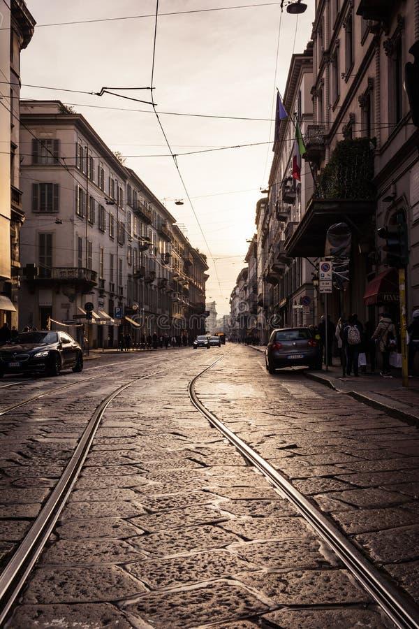 透视电车铁路线日落温暖米兰意大利的冬天2016 库存照片