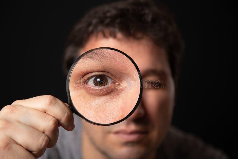 透过放大镜的人 免版税图库摄影