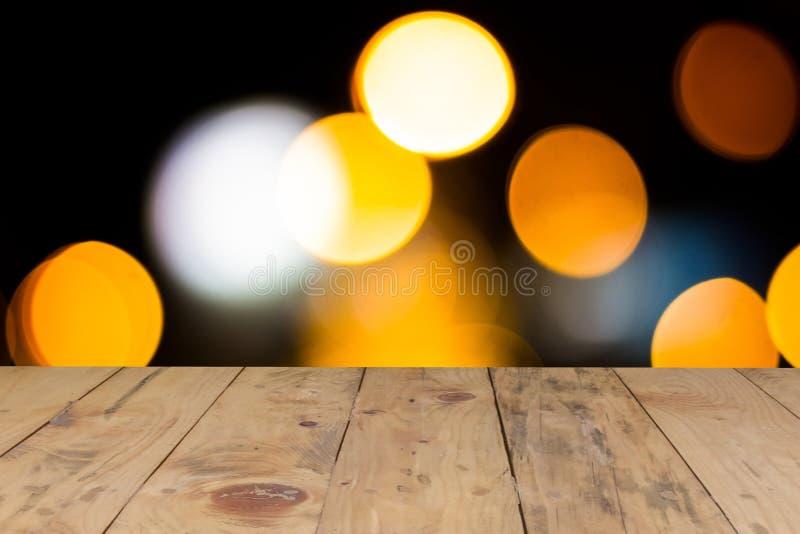 透镜迷离闪烁明亮的光和土气木桌 免版税库存图片