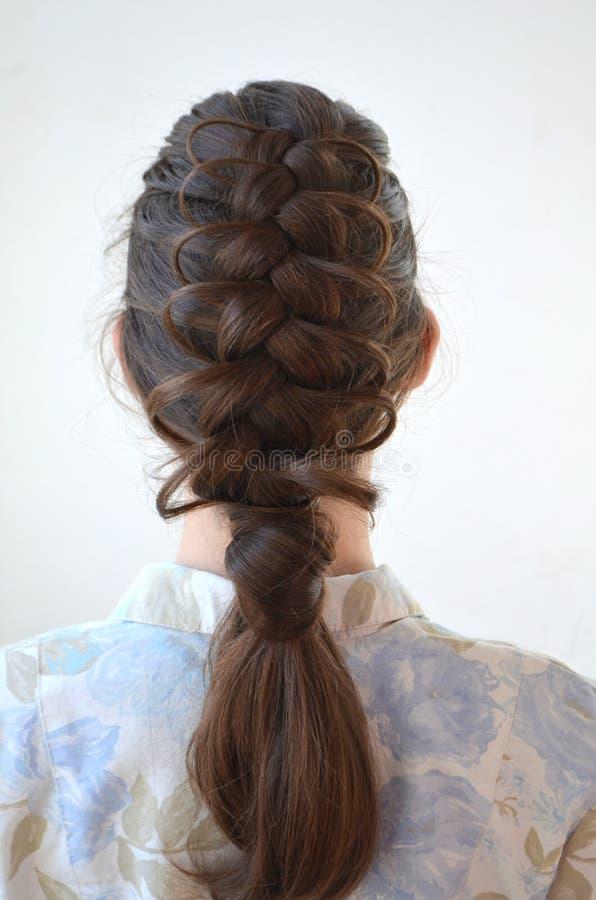 透雕细工法国辫子,与头发的长的长度的发型. 种族, 长期.图片