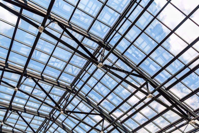 透雕细工钢和玻璃天花板 库存照片