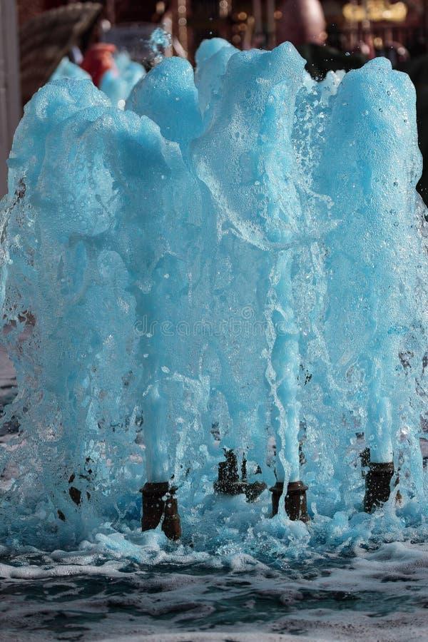 逐出水的来源从蓝色 免版税库存照片