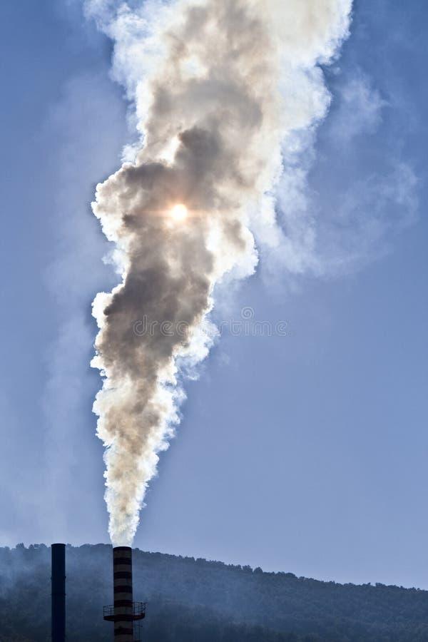 逐出污染物气体的烟囱对空气 免版税库存照片