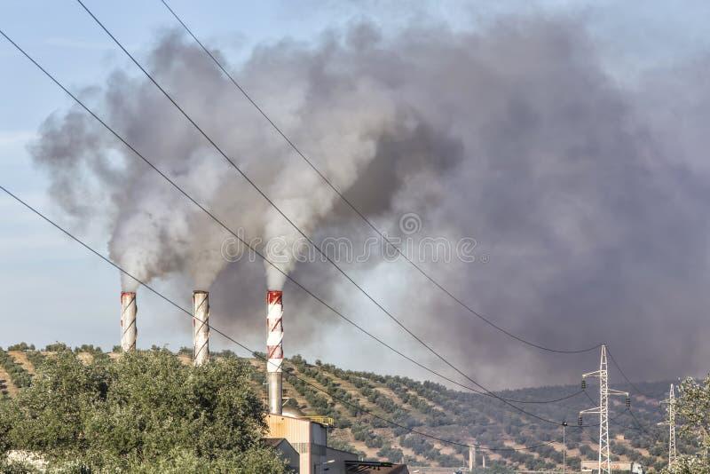 逐出污染物气体的烟囱对空气 库存照片