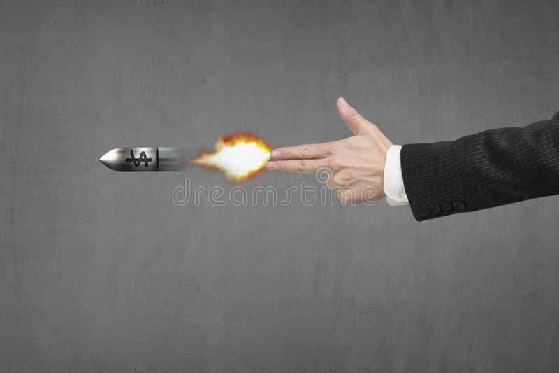 递与火、子弹和金钱标志的枪姿态 免版税库存图片