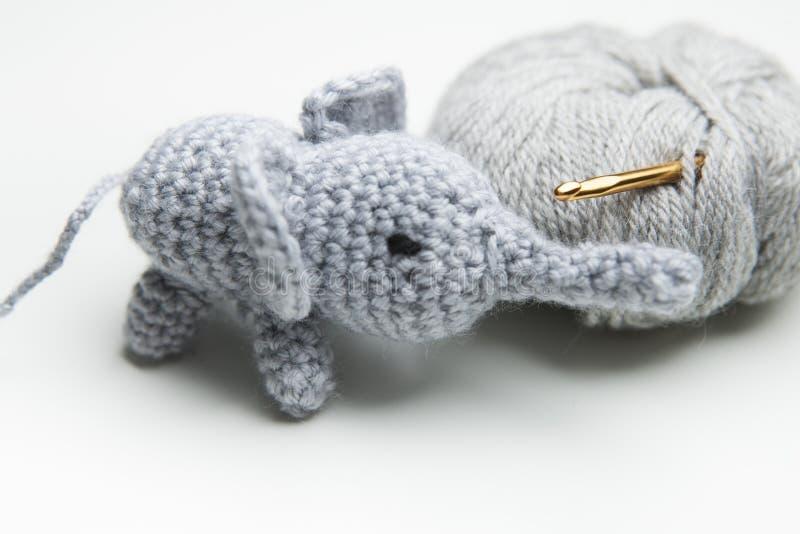 递与羊毛,钩针编织针的钩针编织的大象 图库摄影