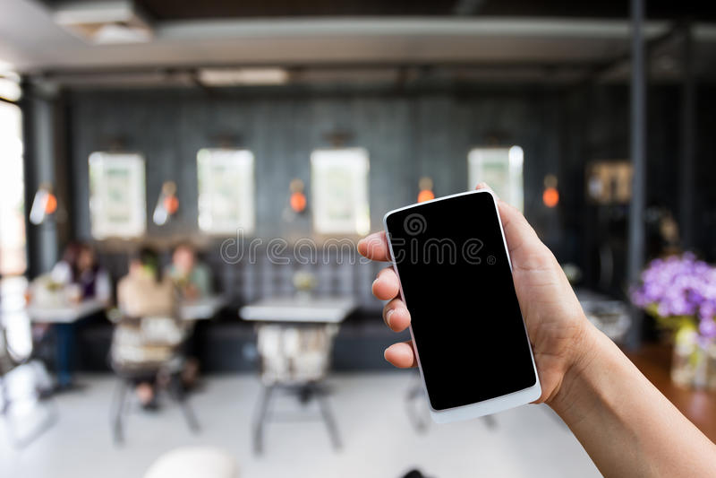 递举行巧妙的电话,咖啡店的流动结束被弄脏的图象 库存照片