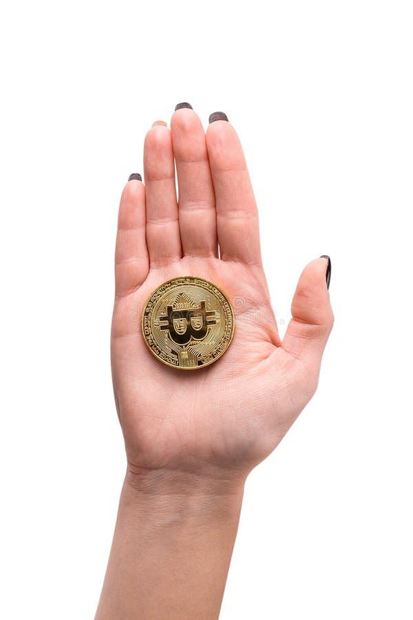 递举行金黄Bitcoin,硬币真正金钱 免版税库存图片
