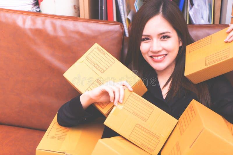 递从网上购物的妇女包裹箱子 免版税图库摄影