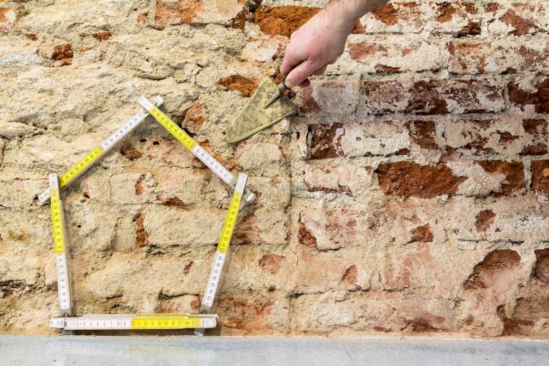 递修建砖墙背景的一个房子 免版税图库摄影
