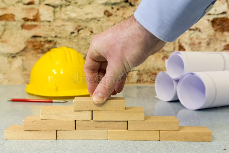 递修筑墙壁在一点木块 免版税库存照片