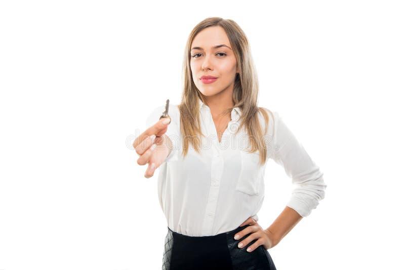 递公寓钥匙的美丽的企业不动产妇女 免版税库存照片