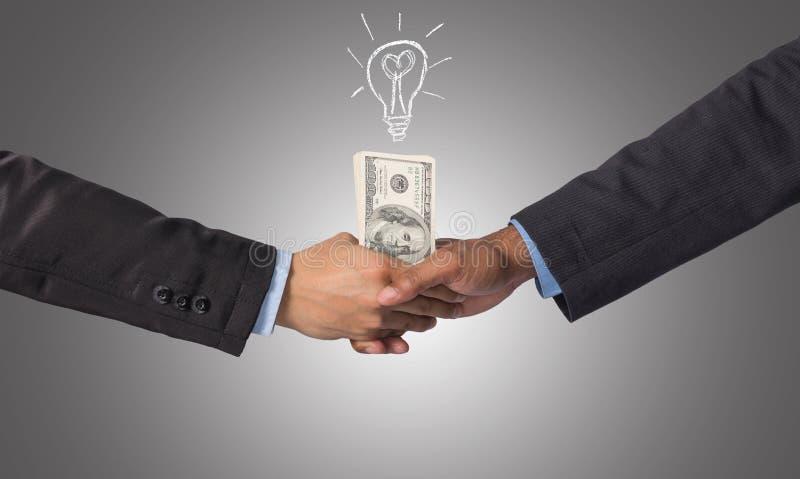 递在一个商人之间的震动与s想法的美元金钱  免版税库存照片