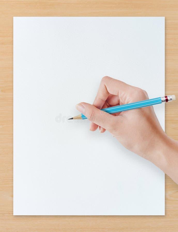 递在白皮书的图画铅笔有木背景 免版税图库摄影
