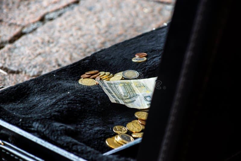 递在陈腐的投掷的金钱从街道艺术家,财务概念,选择的焦点,狭窄的景深 免版税图库摄影