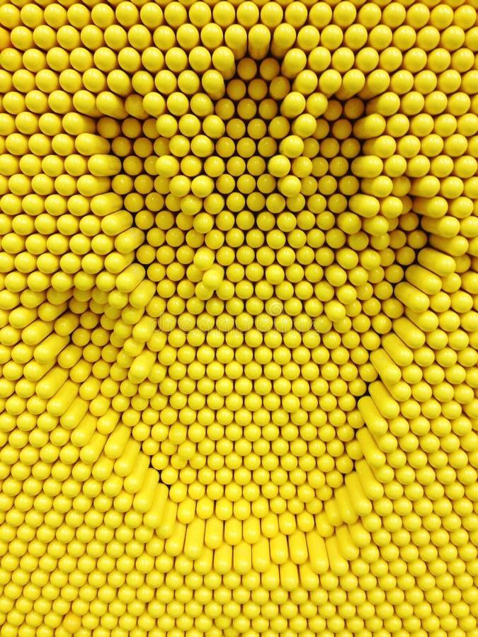 递在黄色别针玩具背景的印刷品 免版税库存照片
