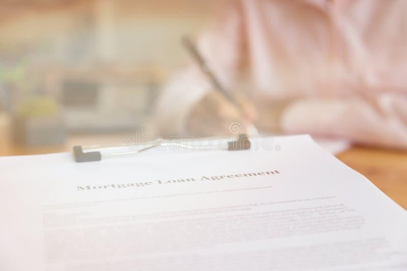 递填好在剪贴板的抵押贷款应用 形式t 库存图片