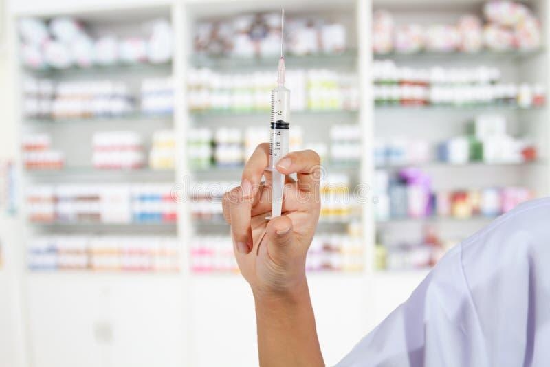 递填装在商店医学和pharma的医生一个注射器 库存图片