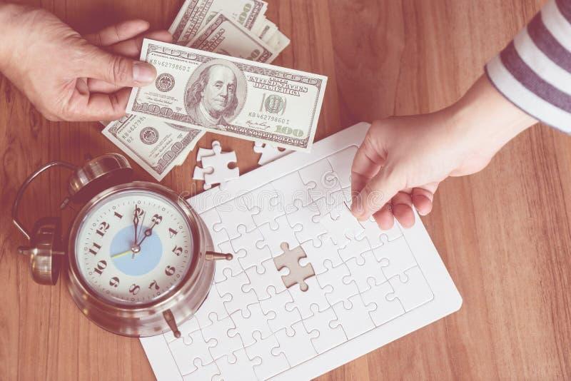 递安置最后竖锯在金钱贸易财政概念的 库存图片