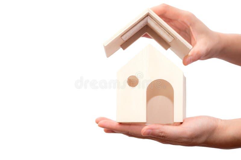 递对房子木负被隔绝在白色背景 房屋贷款的概念 免版税库存照片