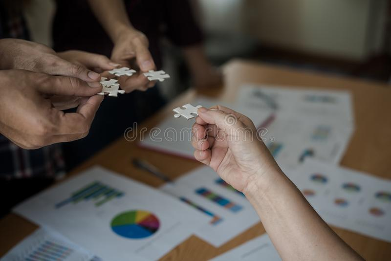 递小组装配七巧板白色的商人 B 免版税库存照片