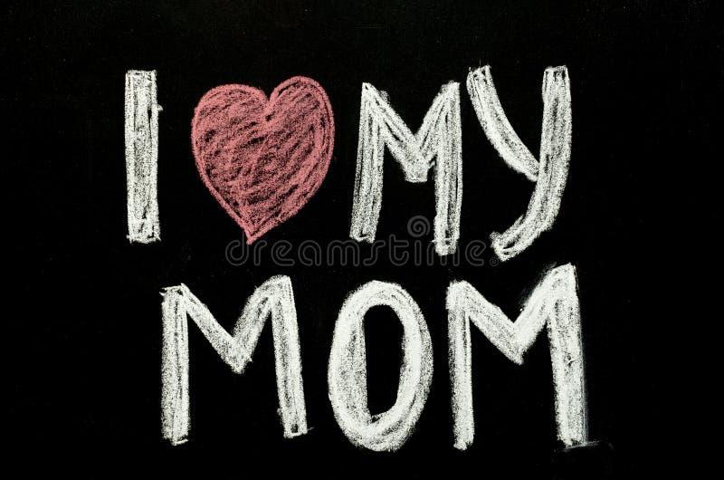 递我爱我的在黑板的妈妈`的书面文本` 免版税库存图片