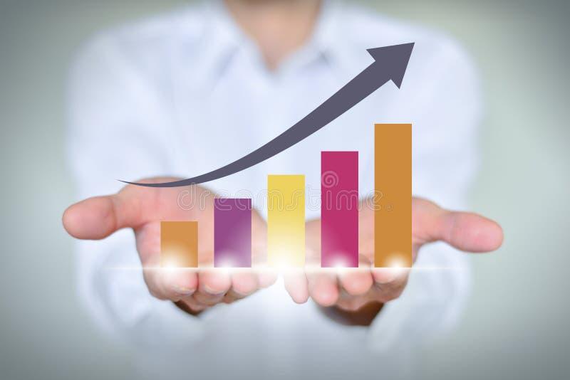 递拿着一个上升的箭头,企业成长 库存图片