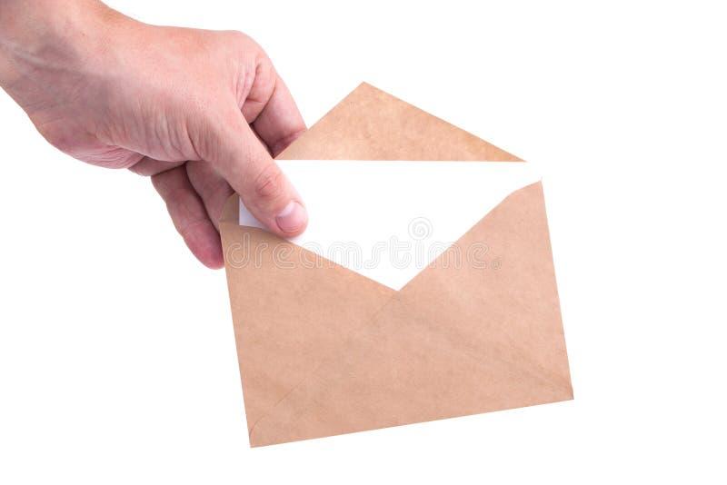 递拿着与信件的信封在白色背景isol 库存图片