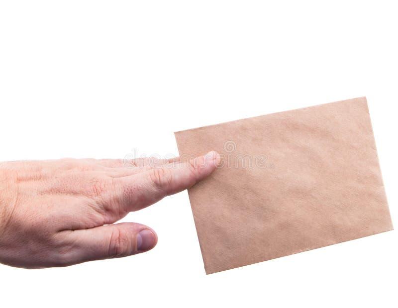 递拿着与信件的信封在白色背景isol 免版税库存照片