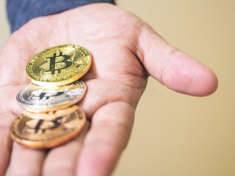 递拿着与金币的电子硬币在上面, †‹â€ ‹挽救金钱想法为将来是重要的 免版税图库摄影