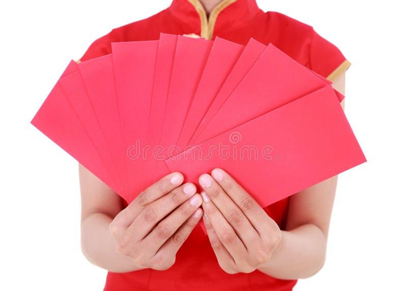 递拿着在愉快的春节的概念的红色信封我 库存图片
