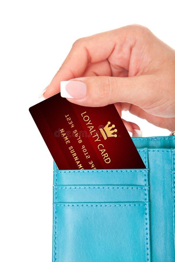 递拿着忠诚卡片在钱包里被隔绝在白色 免版税库存照片