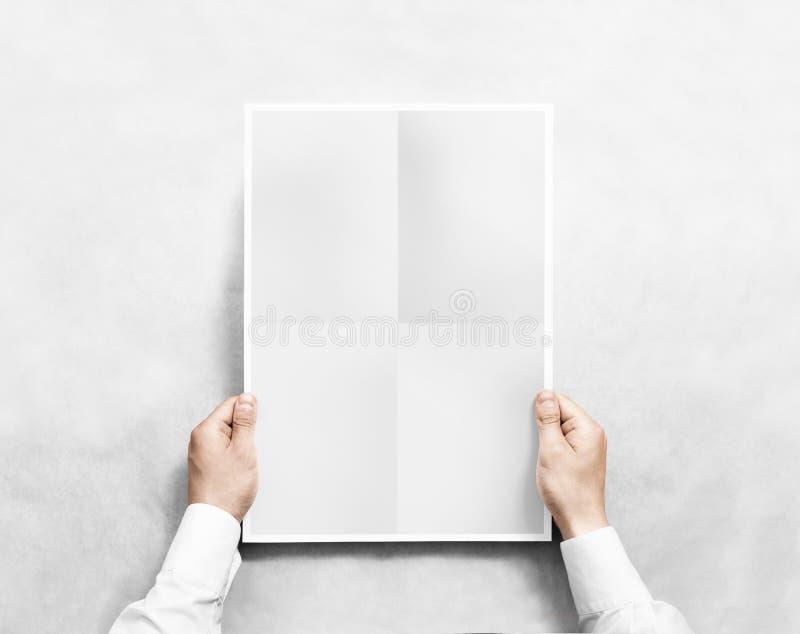 递拿着灰色空白的海报大模型,被隔绝 免版税库存照片