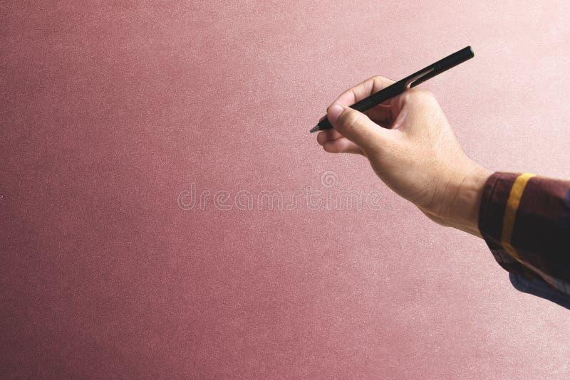 递拿着电子笔到独自地投入的葡萄酒墙壁它网页 免版税图库摄影