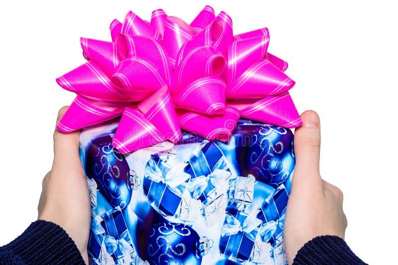 递拿着礼物盒的妇女隔绝与裁减路线 圣诞节礼物的图象用手隔绝了白色 库存照片