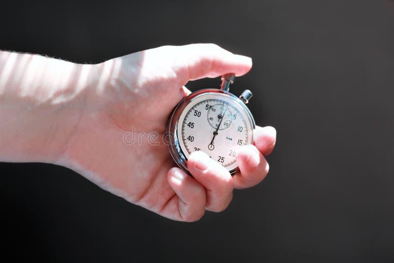 递拿着秒表和按按钮注意时间 免版税库存照片