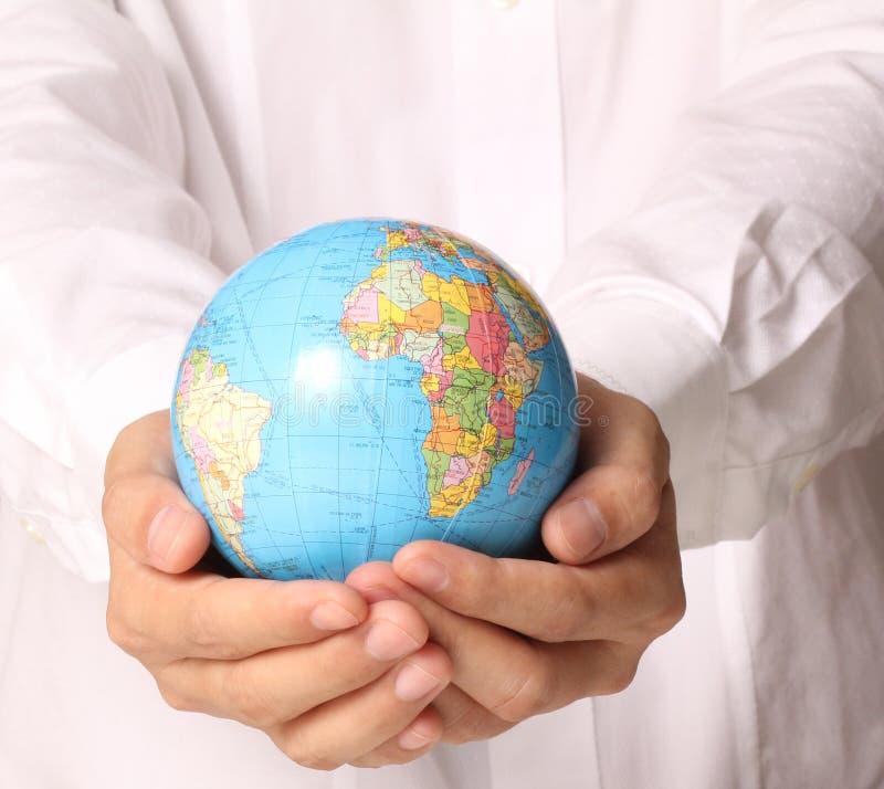 递拿着这个图象的地球元素装备由美国航空航天局 库存照片