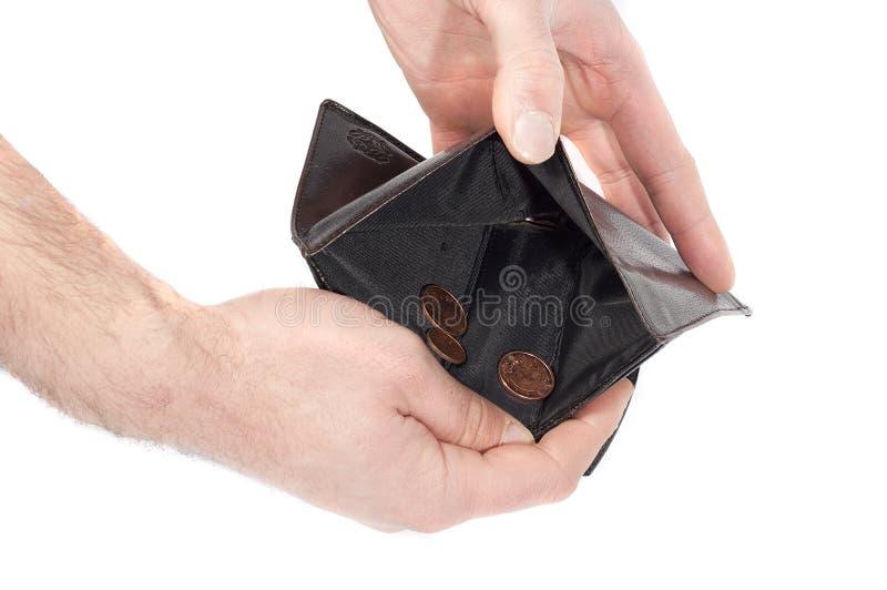 递拿着钱包几乎空,当一些枚硬币,查出在白色 免版税库存照片