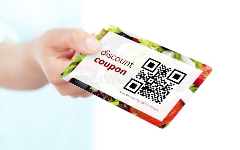 递拿着食物与qr代码的折扣优惠券被隔绝在whi 图库摄影