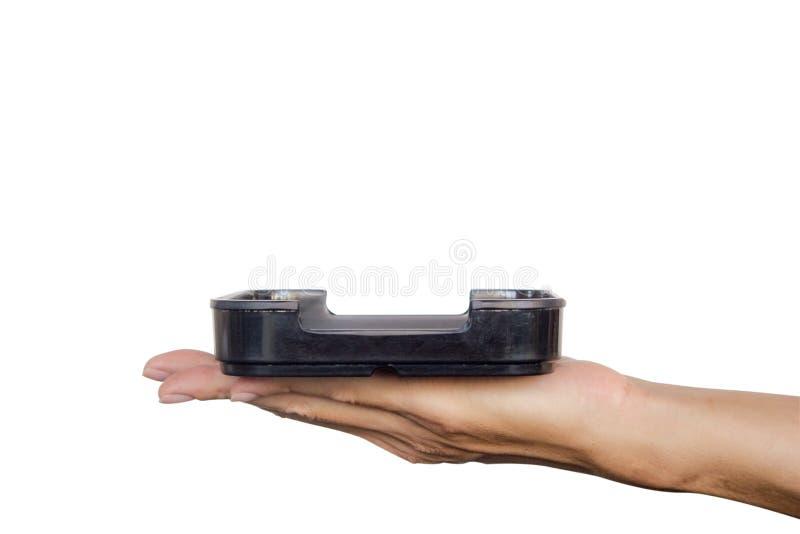 递拿着黑色的盘子被隔绝在白色背景 裁减路线 图库摄影