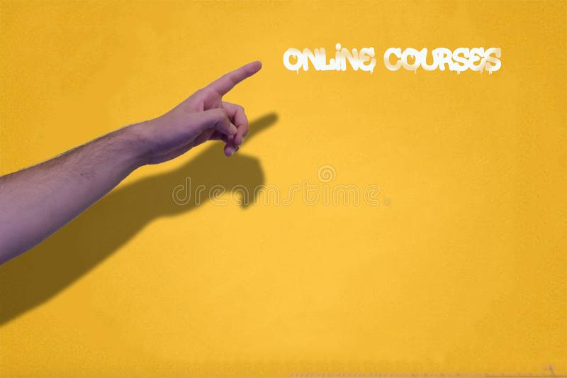 递指向在墙壁上的网上路线油漆 免版税库存图片