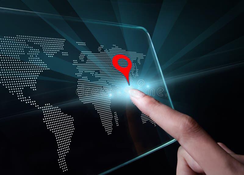 递指向在透明3D智能手机的一张地图 免版税库存图片