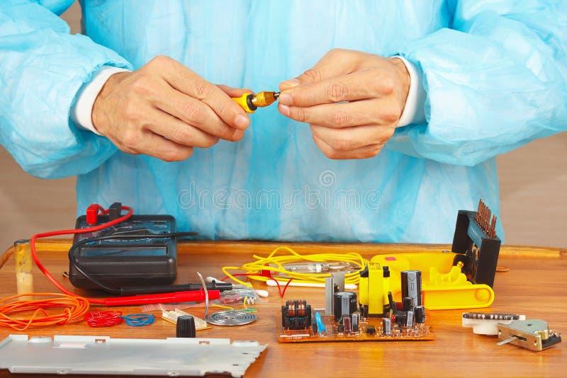 递电子设备的服务工程师有螺丝刀的 免版税库存图片