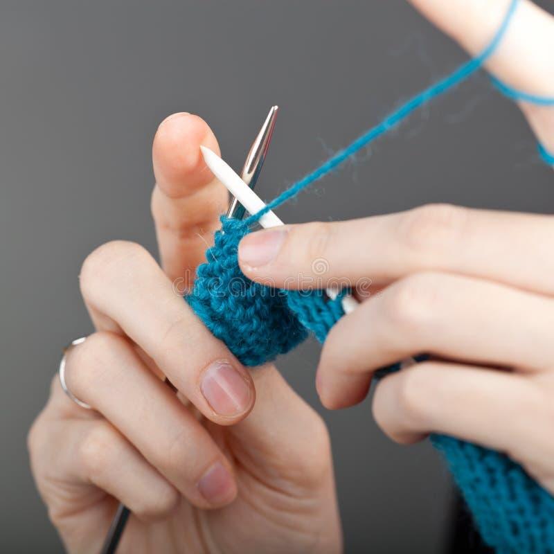 递编织的妇女年轻人 免版税库存照片