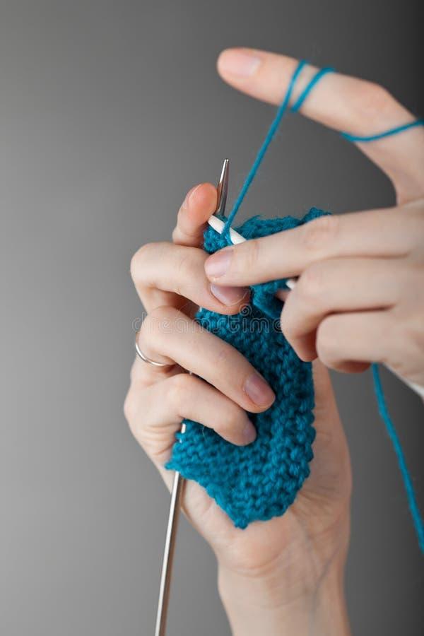 递编织的妇女年轻人 免版税库存图片